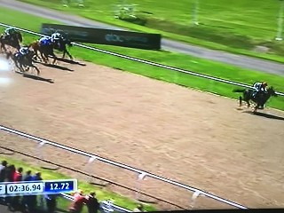 Gravity Wave romps home, winning by 7 lengths!!
